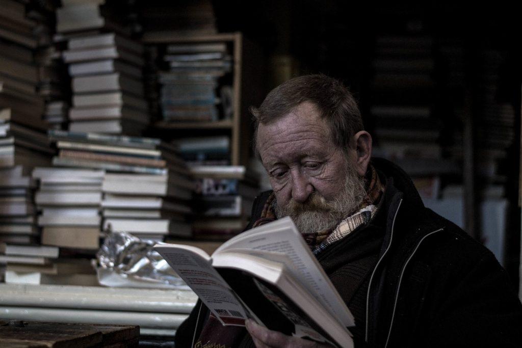 本を読むおじさん